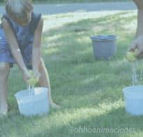 Juegos de agua con esponjas ¡relevos!